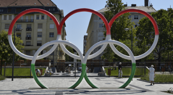 Anneaux olympiques aux couleurs hongroises à Budapest (Crédits - László Róka / MTI / Hungary Today)
