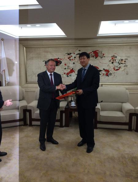 Thierry Braillard et Zhidan Gao, vice-Ministre des Sports chinois (Crédits - Page Twitter de Thierry Braillard)
