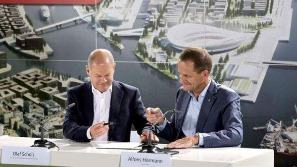Olaf Scholz et Alfons Hörmann (Crédits - Wilfried Witters Sport-Presse-Fotos GmbH)