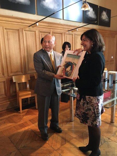 Yoichi Masuzoe et Anne Hidalgo (Crédits - Mairie de Paris / Anne Hidalgo)