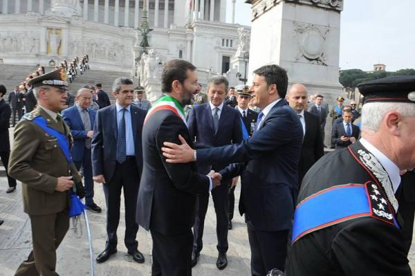 Ignazio Marino et Matteo Renzi, le 25 avril 2015 (Crédits - Page officielle Facebook / Ignazio Marino)