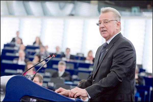 Pál Schmitt à la tribune du Parlement Européen en 2011 (Crédits - Flickr / European Union 2011 PE-EP / Pietro Naj-Oleari)