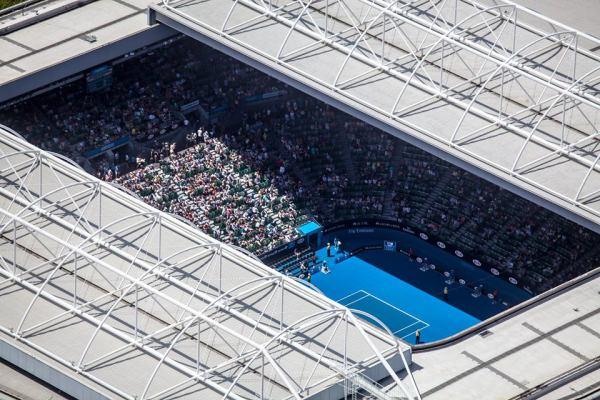 Vue de la toiture et des tribunes de 15 000 de la Rod Laver Arena (Crédits - Page officielle Facebook)