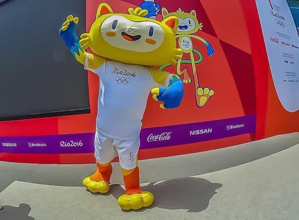 La mascotte Vinicius devant la tribune qui accueillera la flamme olympique à chacune des étapes du relais (Crédits - Rio 2016 / Instagram)