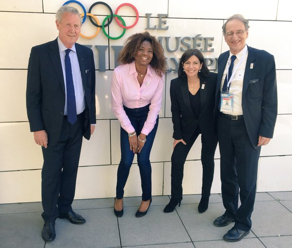 De gauche à droite, Guy Drut, membre français du CIO ; Muriel Hurtis, ancienne athlète ; Anne Hidalgo, Maire de Paris ; et Denis Masseglia, Président du CNOSF (Crédits - Paris 2024)