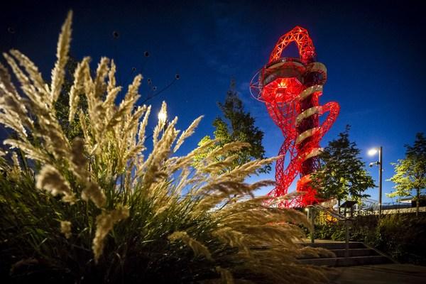Vue nocturne de la tour (Crédits - ArcelorMittal Orbit)