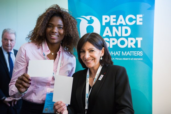 "Muriel Hurtis et Anne Hidalgo sur le stand de l'association ""Peace and Sport"" (Crédits - Pierre Aldouy / AFP / Paris 2024)"