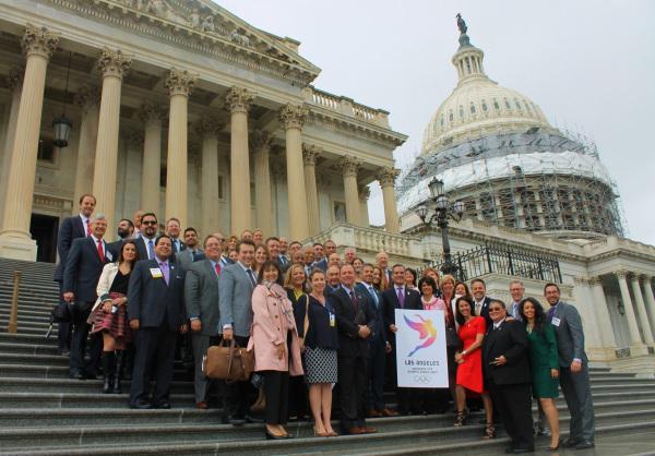 Les représentants de la candidature américaine rassemblés sur les marchs du Capitole, le 27 avril 2016 (Crédits - LA 2024)