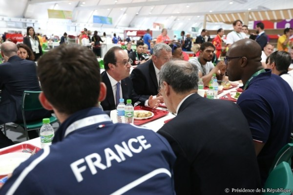 François Hollande a déjeuné au Village Olympique. Ici en discussion avec Teddy Riner (Crédits - Présidence de la République)