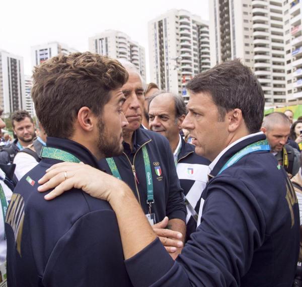 Matteo Renzi s'est rendu au Village des Athlètes de Rio 2016 pour rencontrer les sportifs italiens, vendredi 05 août (Crédits - Matteo Renzi / Facebook)