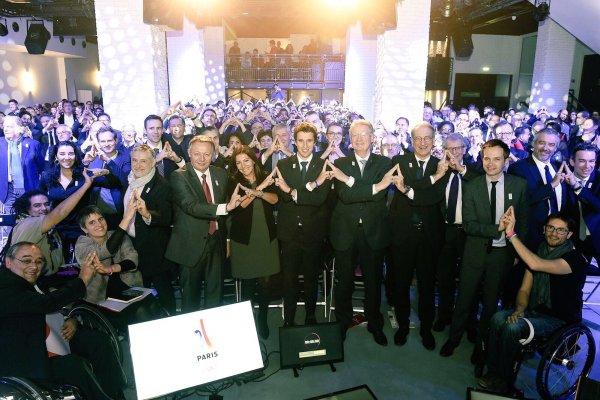 L'équipe de Paris 2024 - avec notamment le Secrétaire d'Etat aux Sports, Thierry Braillard, et la Maire de Paris, Anne Hidalgo - ont clôturé ce jeudi l'année 2016 par une Assemblée Générale (Crédits - Paris 2024)