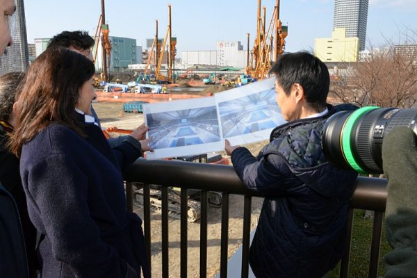 Anne Hidalgo sur le site du chantier du futur Centre Aquatique des JO 2020 (Crédits - Anne Hidalgo / Page Twitter)