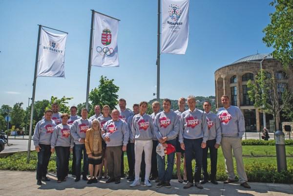 Les membres de la Commission des Athlètes sous les drapeaux de la candidature et du Comité Olympique de Hongrie (Crédits - Budapest 2024)