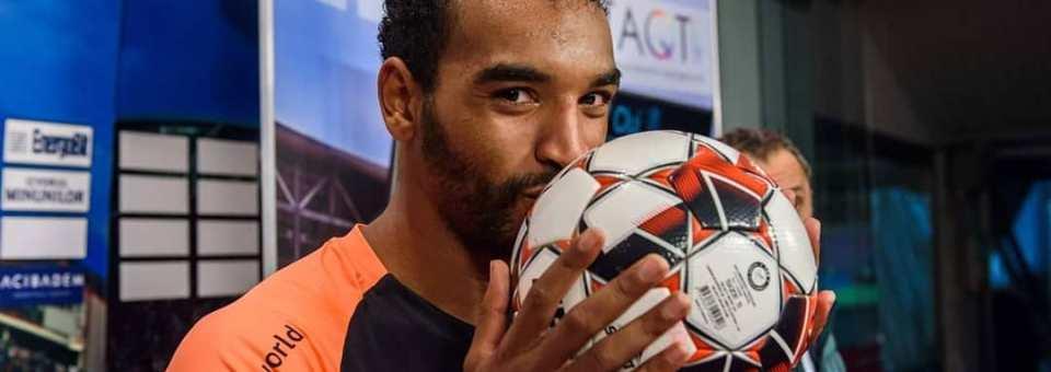 Omrani a plecat acasă cu mingea norocoasă semnată de coechipieri