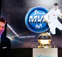 Luka Doncic recibe el trofeo como MVP Movistar de la Liga Endesa 2017-18