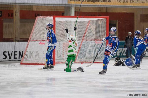 VSK bandy är klara för SM final 2019. På bilden firar Malin Persson ett mål.