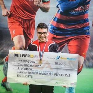 Om under en måned deltager Al-Bacha til FIWC også kendt som VM i FIFA, hvor ham og August 'Agge' Rosenmeier skal forsøge at vinde VM-pokalen hjem til Danmark.