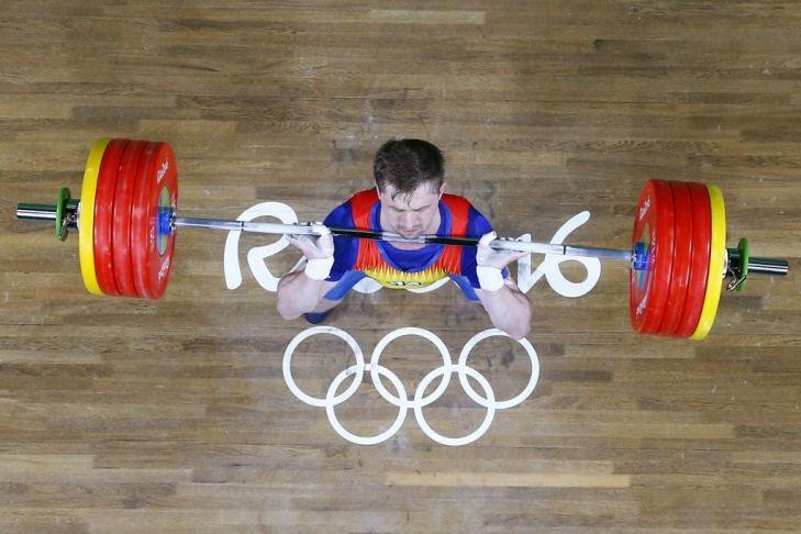 Romania's Gabriel Sincraian weightlifting
