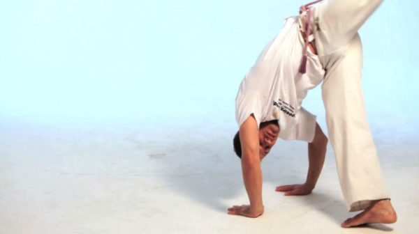How to Do the Meia Lua de Compasso in Capoeira
