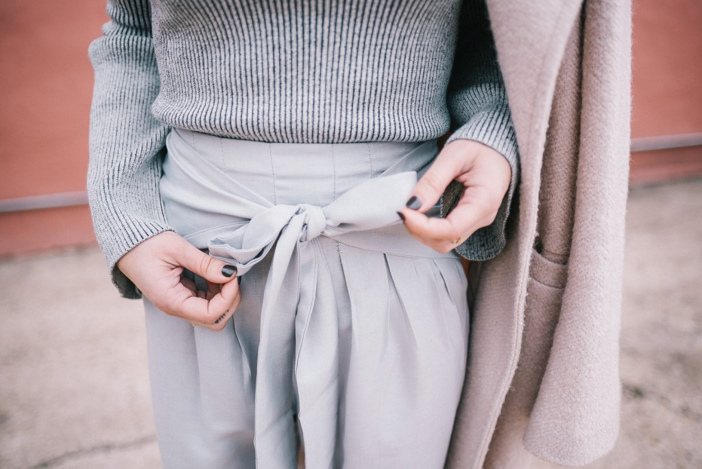 Grey cropped pants with boy and grey monochromatic look