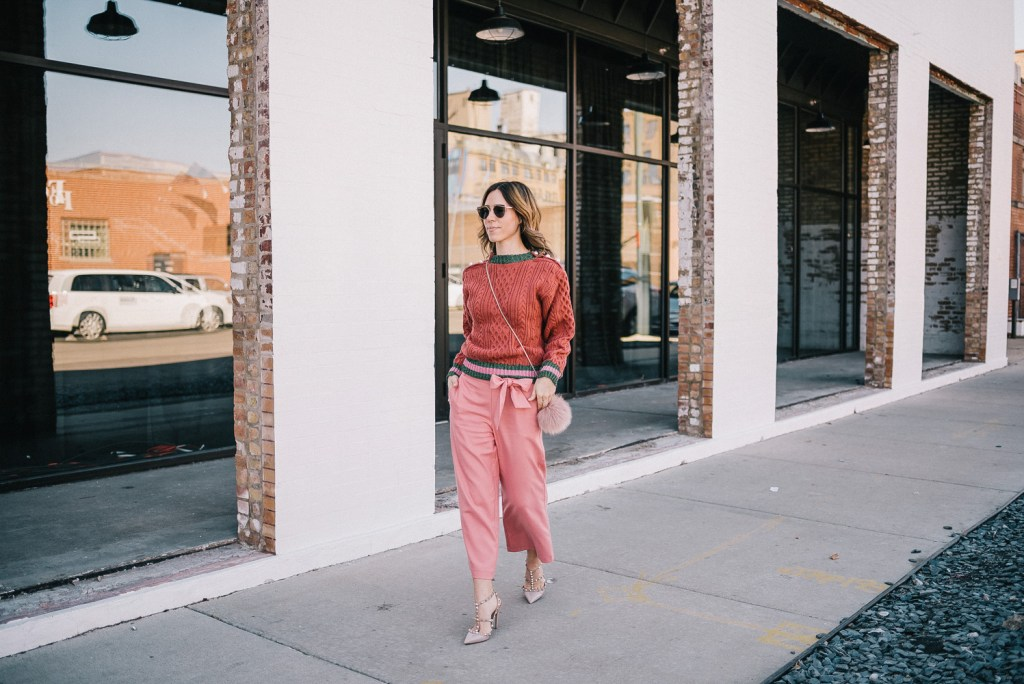 Blogger mary krosnjar wearing pink cropped pants and valentino rockstud pumps