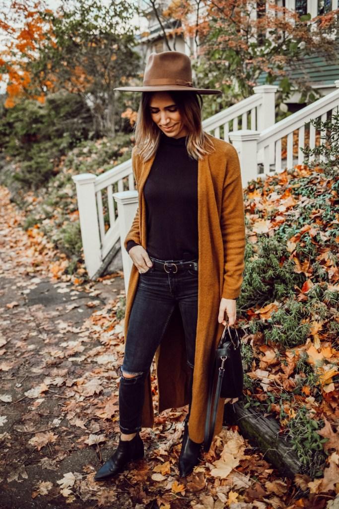 Blogger Mary Krosnjar wearing LOFT long cardigan and H&M distressed denim