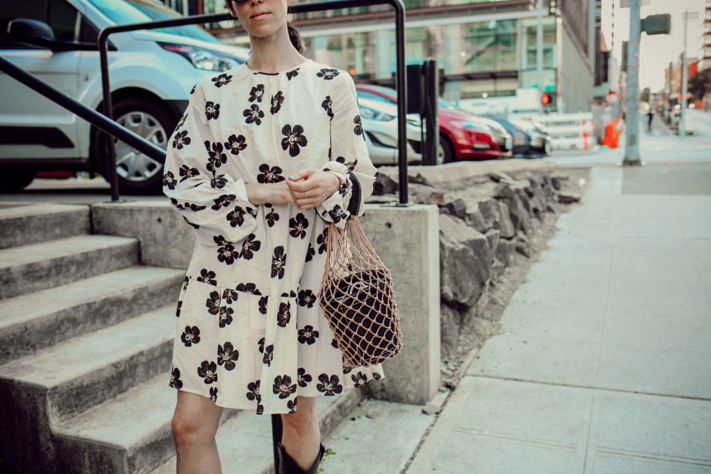 Seattle Fashion Blogger Sportsanista wearing Who What Wear Smock Dress and Net Bag from Amazon