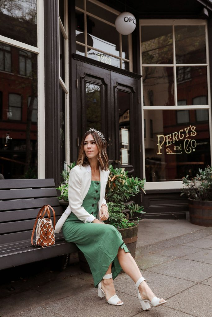 Seattle Fashion Blogger Sportsanista wearing midi linen dress and woven summer bag. Fashion inspiration for summer outfits.