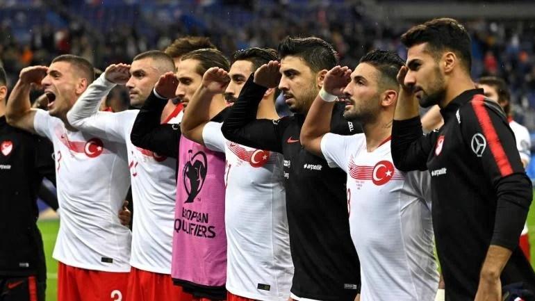 I giocatori della nazionale turca festeggiano allo stadio Saint Denis facendo il saluto militare. Foto: Getty.