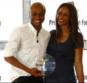 Andre-Ayew-with-his-mother-after-receiving-the-award-300x287