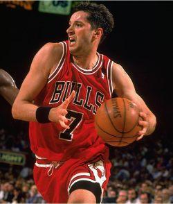 Toni Kukoč jugando en Chicago Bulls
