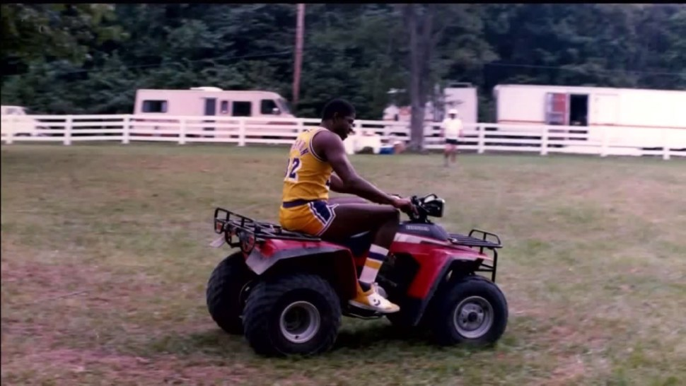 Magic Johnson, en un quad durante el rodaje del anuncio