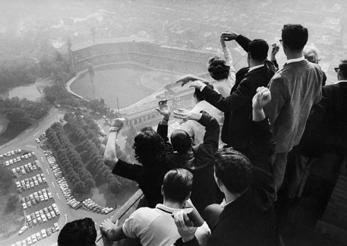 """Universidad de Pittsburgh, estudiantes en la """"cima"""" de la Catedral de Learning, mirando hacia el Forbes Field, donde los Pittsburgh Pirates están jugando el séptimo partido de las World Series de 1960 ante los Yankees"""