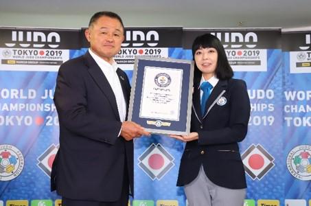 日本武道館に柔道家2,019名で繋げた黒帯の一本道 全長約600mの世界一長いポスター ギネス世界記録™に認定!