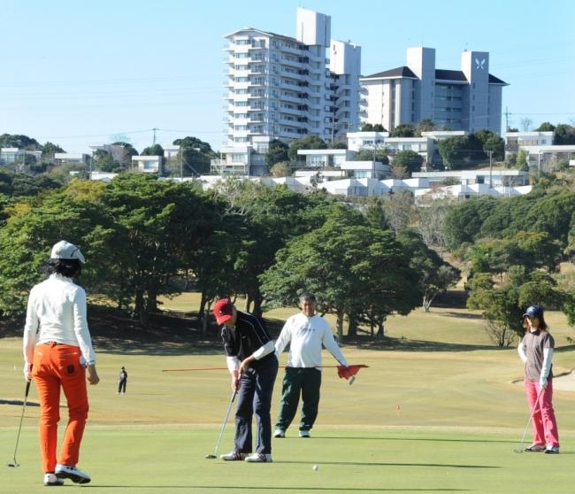 太平洋を一望するコースでナイスショット 「夕刊フジ ペアゴルフ大会」 11月19日、千葉・勝浦東急ゴルフコース