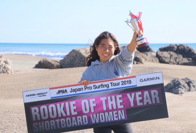 世界チャンピオンを目指す女子高生プロサーファー都築虹帆選手と、世界展開を目指す「がブリチキン。」が個人スポンサー契約を締結
