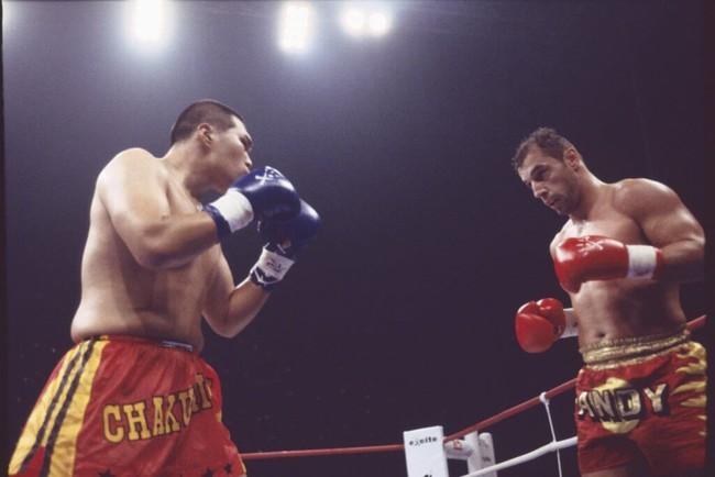 ノブ・ハヤシ選手(左)とアンディ・フグ選手。1RでKO勝利したアンディ・フグ選手は1か月後 白血病で帰らぬ人に