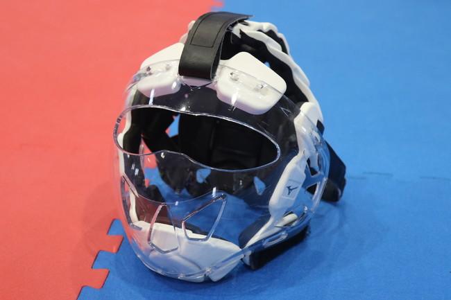全日本空手道連盟が「関東学生空手道選手権」で新型コロナウイルス感染拡大防止対策としてメンホー(顔面および頭部の防具)の口の部分にシールドを装着した組手競技を実施