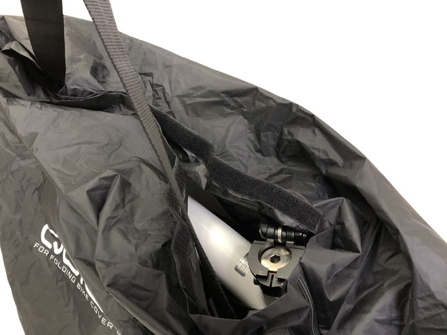 バッグ本体を上からかぶせて口をマジックテープで閉じます