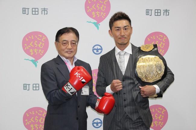 山崎秀晃選手(右)と石阪丈一町田市長(左)