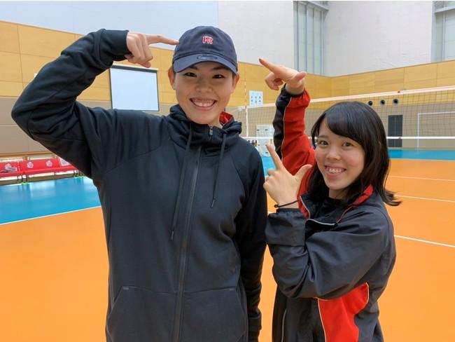 NEWAREキャップデザインした(左)島村選手と(右)小島選手