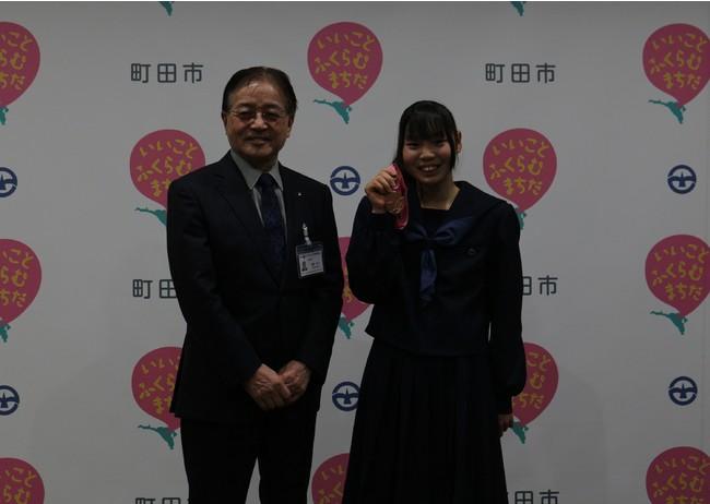 (右から)長谷川さんと石阪市長