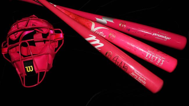 野球殿堂博物館「NPBマザースデー2021」関連資料展示のお知らせ(母の日に選手、審判員の使用した、ピンク色の用具を展示!)