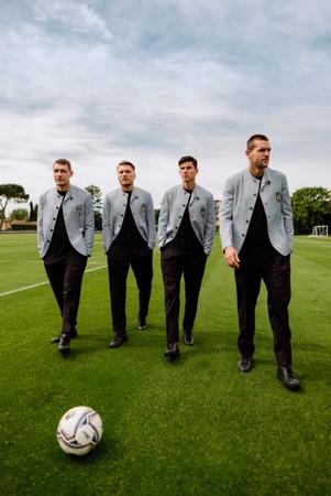 デザイナー:ジョルジオ・アルマーニ、2021年UEFA欧州選手権 イタリア代表選手団のオフィシャルスーツをデザイン。