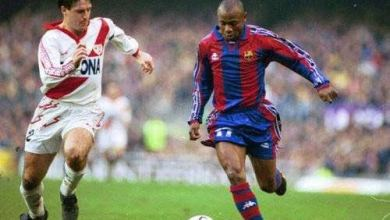 Photo of Emmanuel Amunike the first ever player to wear number 17 shirt for Barcelona