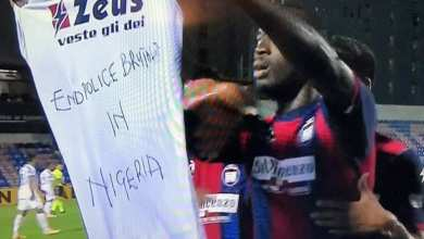 Photo of Simy Nwankwo celebrates 2nd Serie A goal raising #EndpoliceBrutality shirt