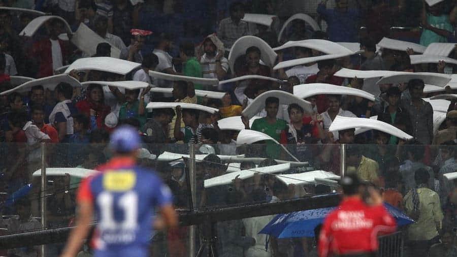 Un-seasonal rain in Delhi forces spectators looking for cover