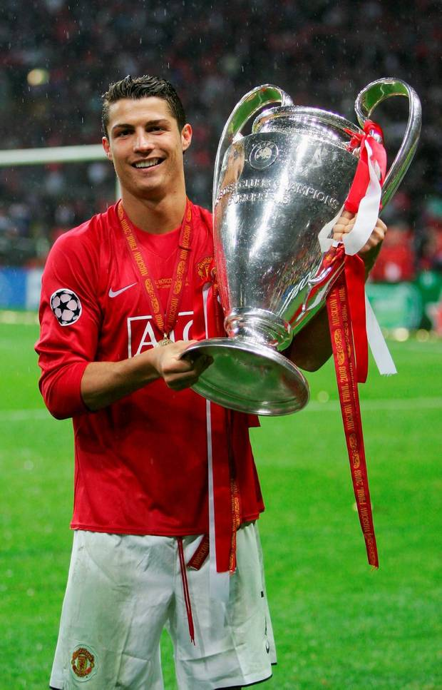 Ronaldo poses with the champions league trophy