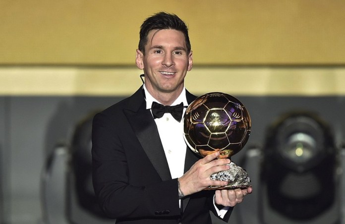Lionel Messi poses with his 2015 FIFA Ballion d'Or award