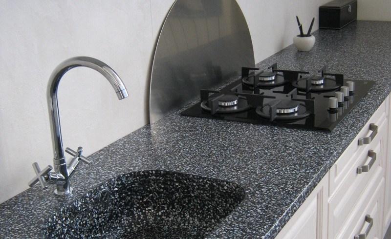 Frumuseţe de bijuterie în spaţiul de gătit: blatul de bucătărie cu inserţii de perle